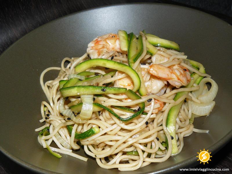 Noodles con Gamberi, Zucchine e Sesamo