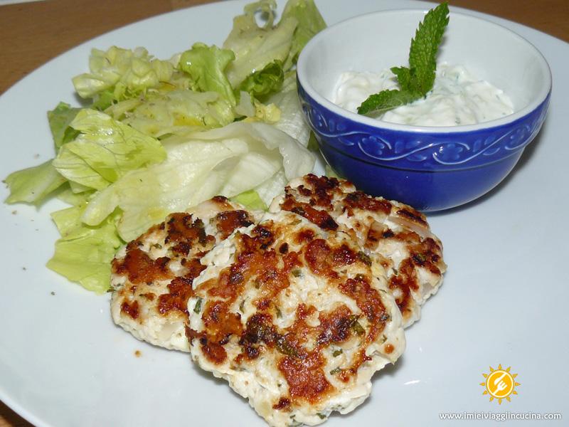 Bifteki (Hamburger) con salsa Tzatziki
