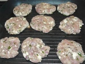 Bifteki hamburger con salsa tzatziki - Cucinare gli hamburger in modo diverso ...