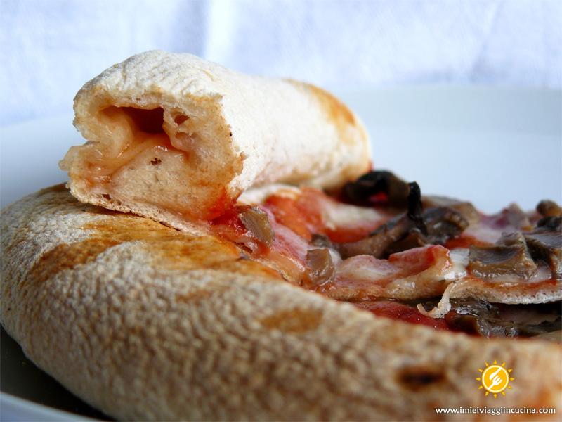 Pizza con Bordo Ripieno di Pomodoro e Mozzarella